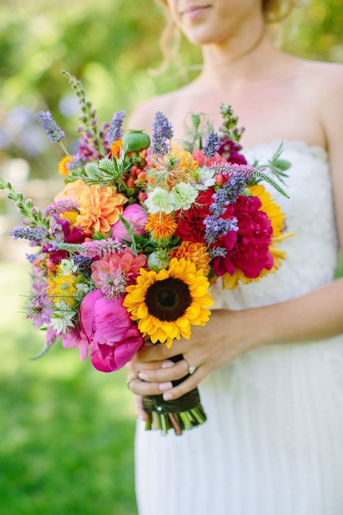 Ideen für Sommerhochzeit, Hochzeitsstrauß mit vielfältigen bunten Blumen, Feldblumen