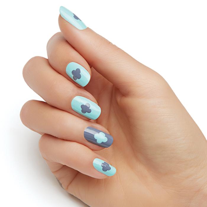 tolle Blumenmuster, Grau mit Hellblau kombinieren, coole Ideen für Sommer Nageldesign
