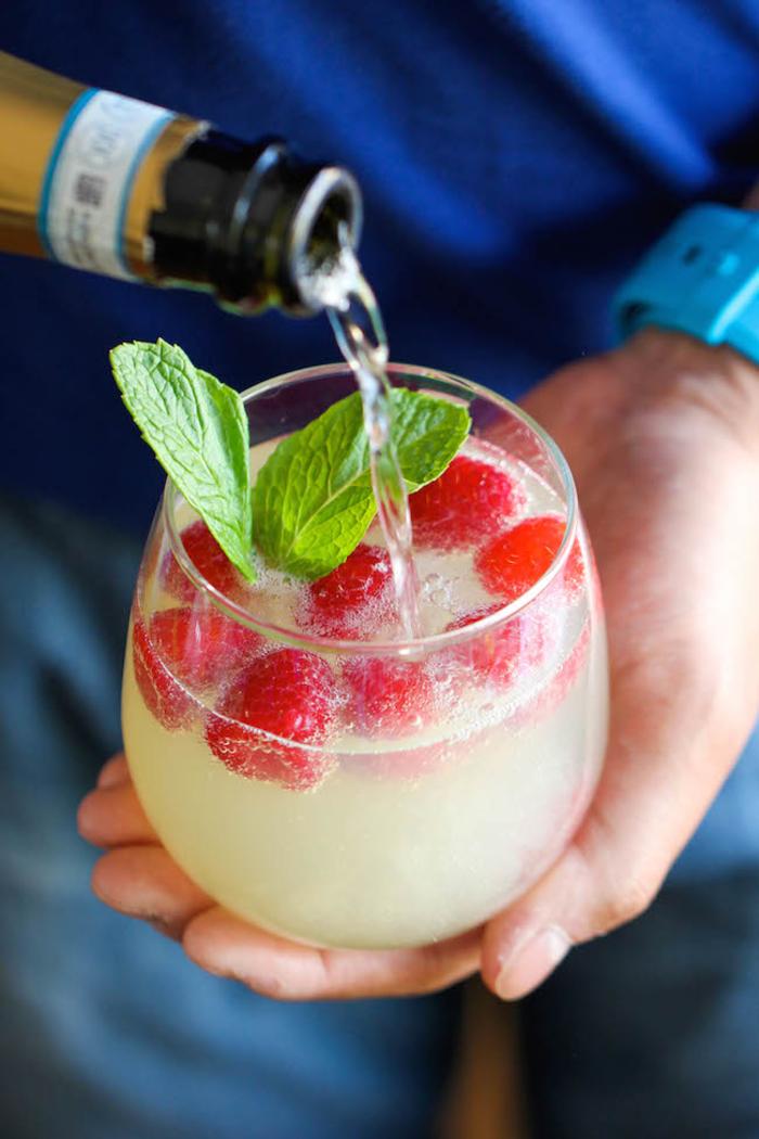 Cocktail mit Sekt, Himbeeren und Minze selber machen, einfaches Rezept, wunderbares Ergebnis