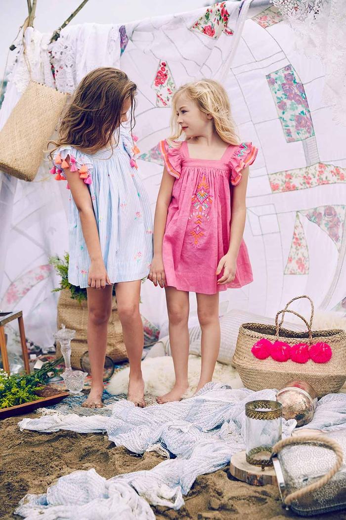 weite Kleider mit Trägern in Rosa und Hellblau, Sommermode 2017, verspielte Mädchenkleidung