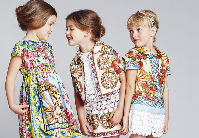Sommermode für Mädchen, bunte Kleider in grellen Farben, frische Mädchenkleidung, Modetendenzen 2017