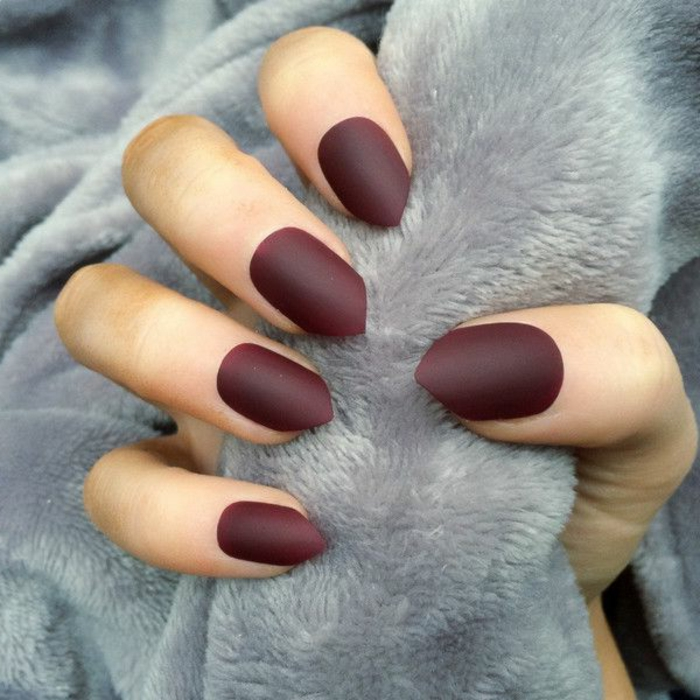 gelnägel spitz mattfarbe matt nagellack in dunkelroter farbe grau rot kombination für das foto ideen