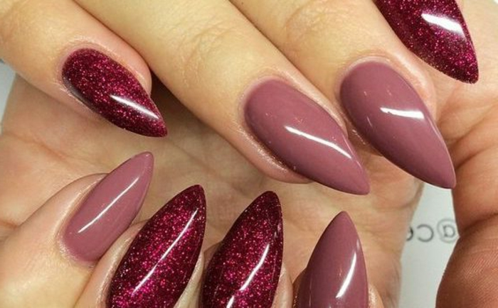 gel nägel design mit zwei verschiedenen farben nagellack mit glitzer und ohne glitzer nur glänzend