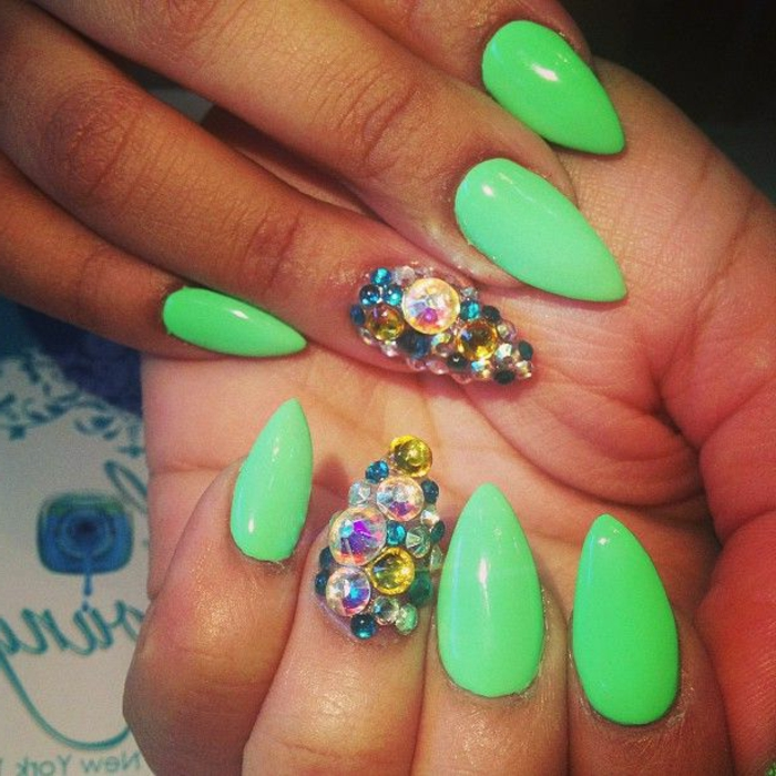 gelnägel eckig grün mit steinen bunte steinchen perlen als dekoartikel für nägel verwenden tolle ideen