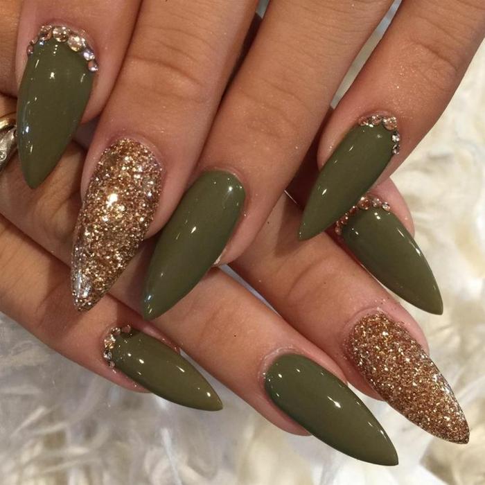 nägel mandelform ideen grüne farbe nagellack goldene nägel glitzernd steine ideen weißer hintergrund