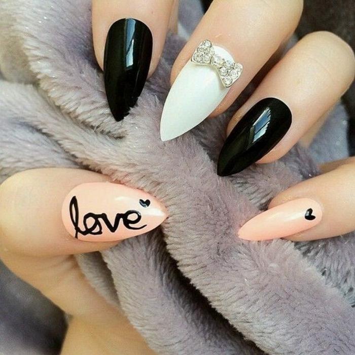 spitzes design für schöne nägel nageldesign mit steinen schleifeförmig schwarze gelnägel herzdeko weiß aufschrift