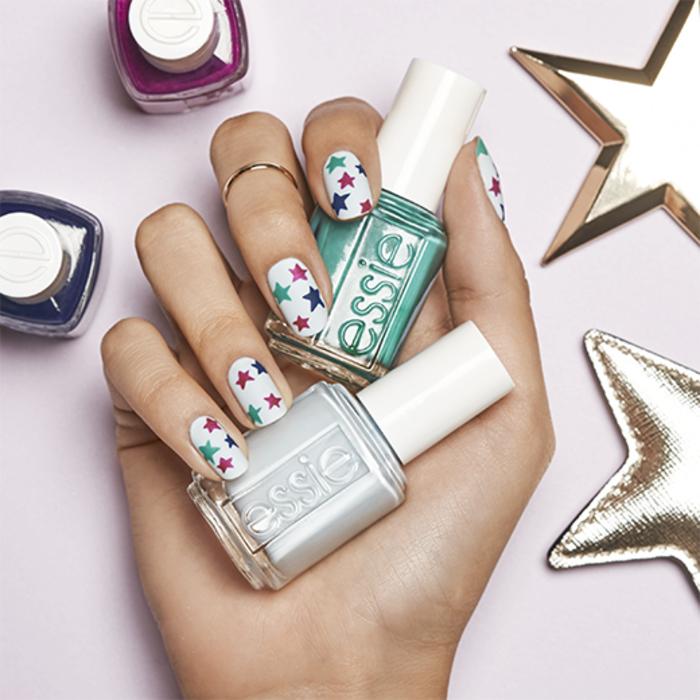 schlichte Fingernägel mit bunten Sternen dekoriert, Sommermaniküre