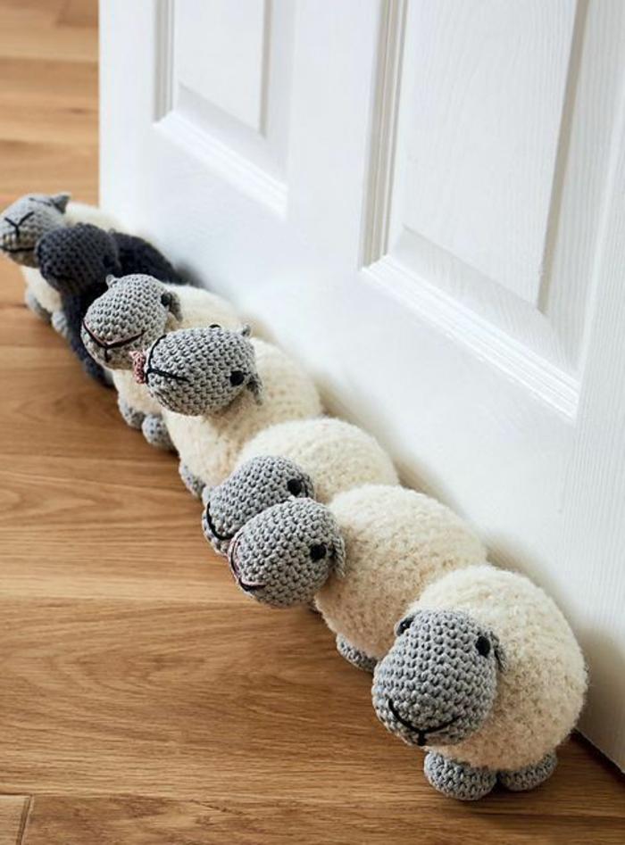 sieben Schafe - sechs weiße und ein schwarzes als Türstopper nähen und häkeln