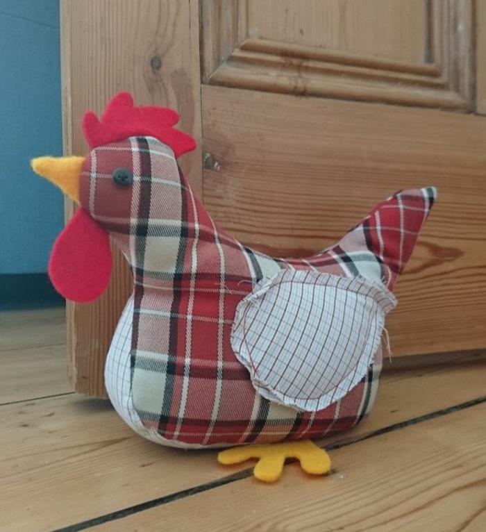 ein Huhn mit karierten Muster, gelbe Schnabel und Beinchen - Türstopper nähen