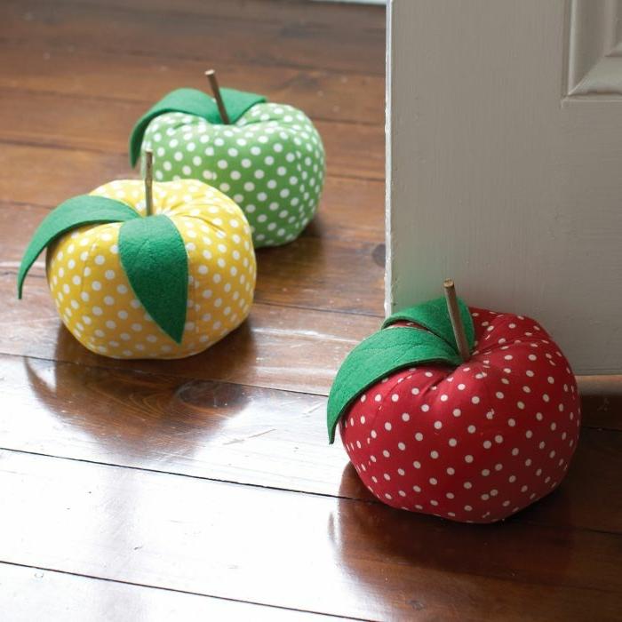 drei Äpfel voller Reis um die Tür offen zu halten - Türstopper nähen