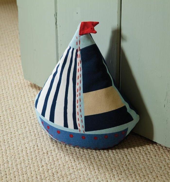 ein Boot in verschiedener Farbe, vorwiegend blau mit roter Fahne - Türstopper nähen