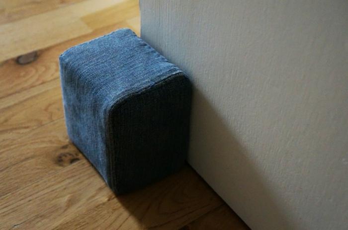 aus alte Jeans Türstopper nähen wie Würfel, voller schwere Sachen in blauer Farbe