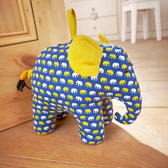 ein Elefant mit kleinen Elefanten Motiven mit gelben Schwanz und Ohren für schwere Türen