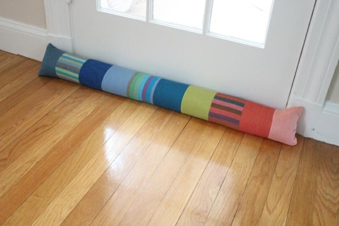 länglicher Türstopper in verschiedenen Farben an einer weißen Tür - Türstopper nähen