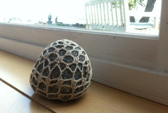 ein Stein mit Häkeln und Nähen verschönern und als Türstopper benutzen