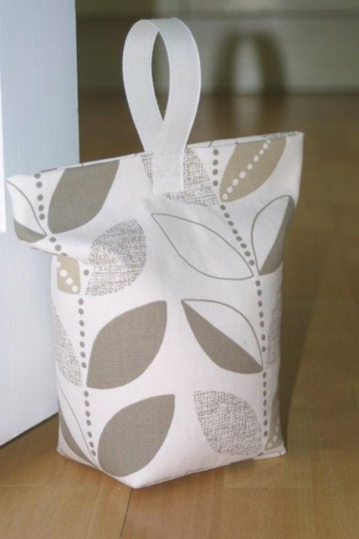 Türstopper Sack in weißer Farbe mit Blättern in grauer Farbe wie eine Tüte