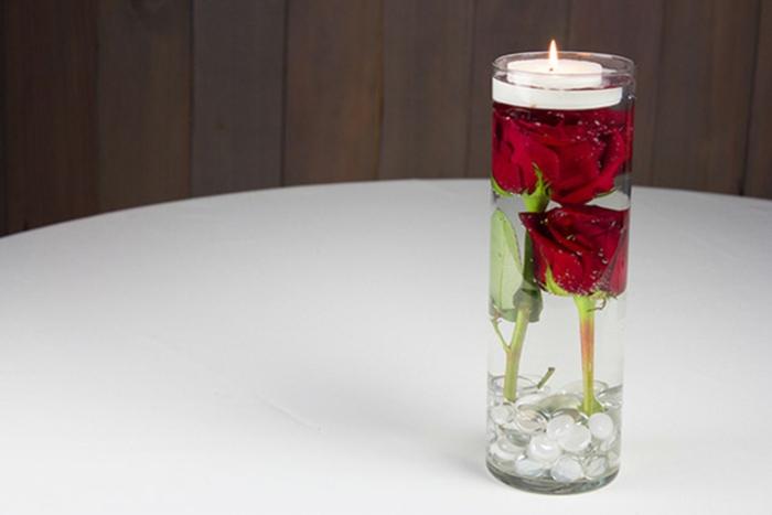 schwimmkerze selber machen, glasvase, teelicht, rote rose, tischdeoration