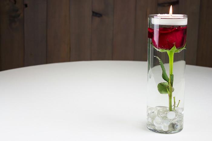 teelichthalter, schwimmkerze basteln, rote rose, tisch dekorieren