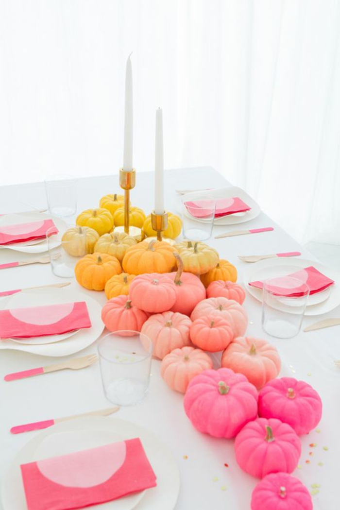 parydeko, tischdekoration mit gefärbten kürbissen, große kerzen, rosa servietten