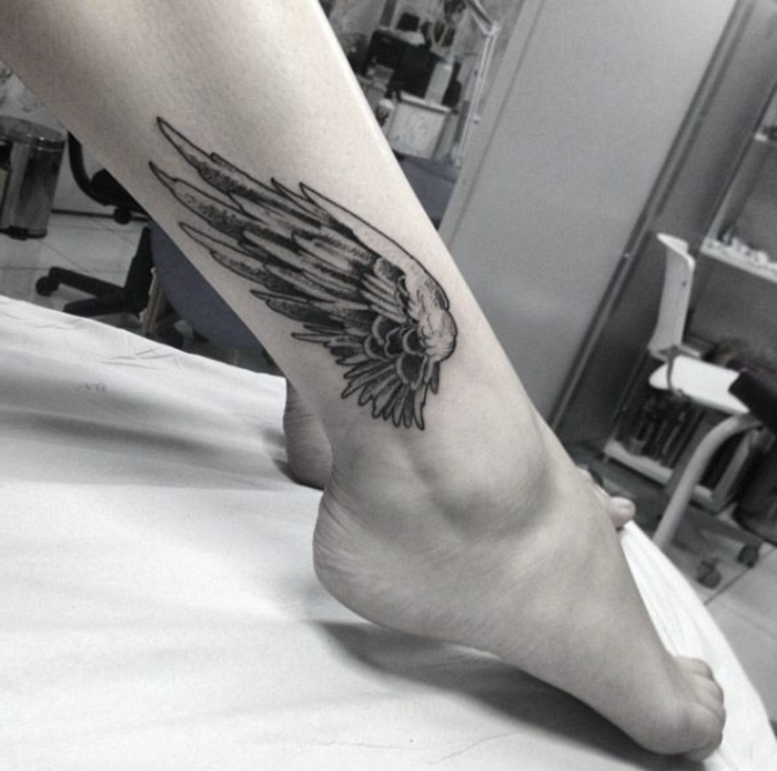 noch eine ausgefallene idee für einen kleinen schwarzen engelsflügel tattoo für beine