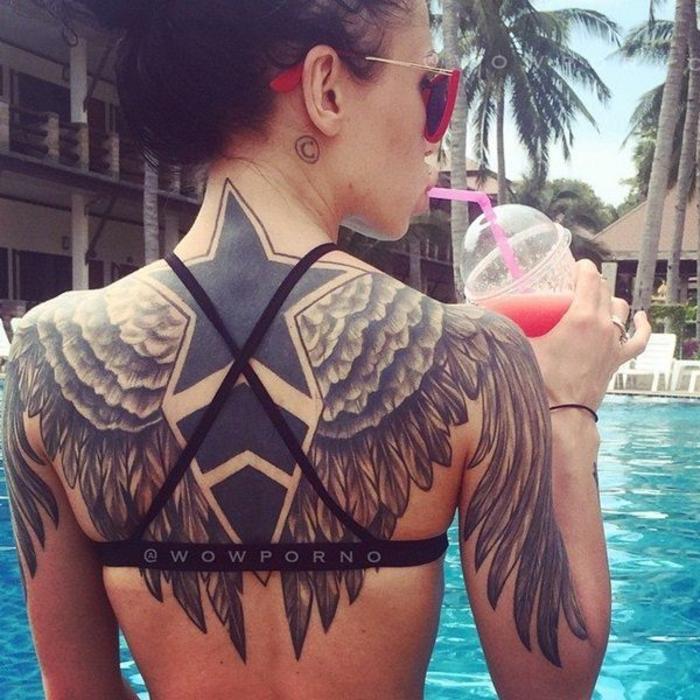 engelsflügel tattoo idee für die damen - hier ist eine frau, ein pool, getränk, stern, zwei schwarze engelsflügel