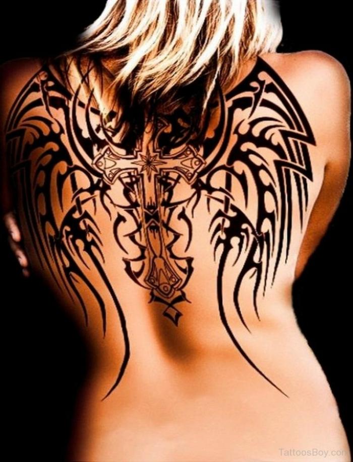 werfen sie einen blick auf diese idee für einen schwarzen engelsflügel tattoo mit kreuz für die damen