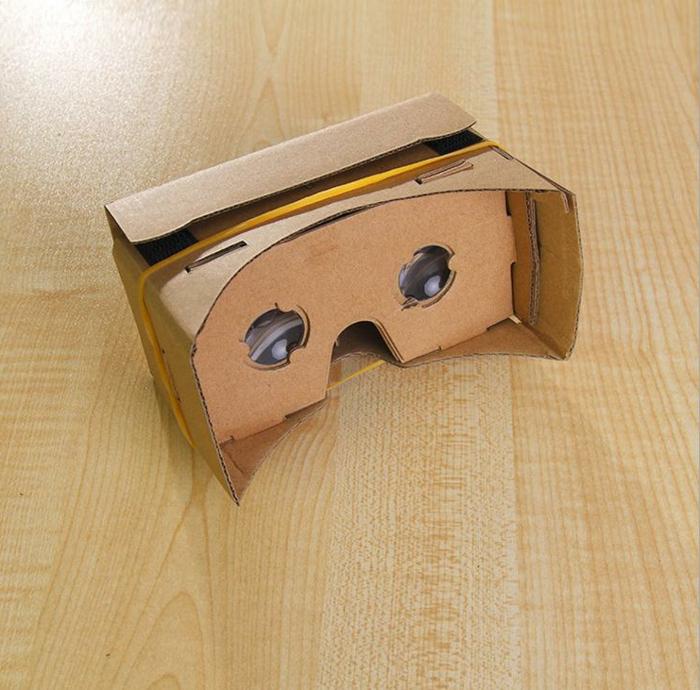 hier sind kleine selbt gelachte virtuelle realität brille mit zwei kleinen okularen und einem gelben gummiband