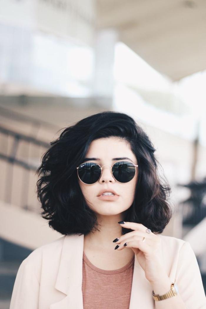 überschulterlanger Haarschnitt, schwarze lockige Haare, cooler Look für jeden Tag