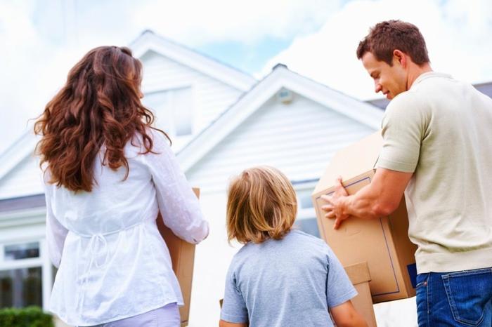 Umzug mit Spedition, die ganze Familie zusammen, Umzugskartons liefern, in neues Haus einziehen