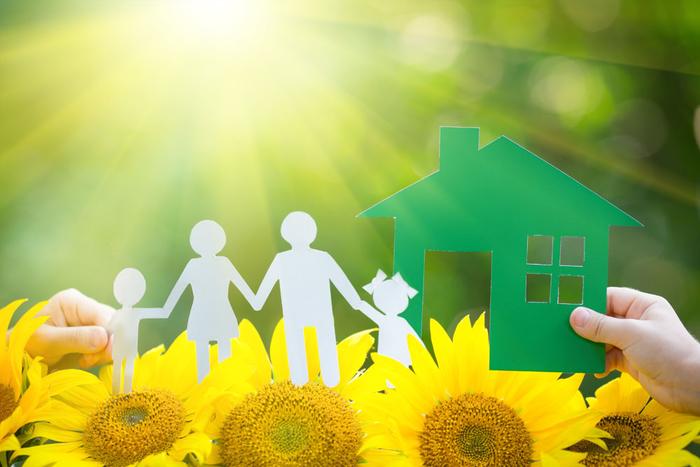 in neues Haus einziehen, die ganze Familie zusammen, Papierfiguren, Sonnenblumen
