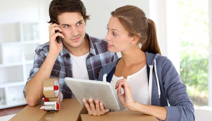 Umzug mit Spedition, online buchen, das beste Angebot finden, junges Paar