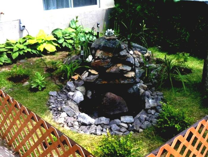 einen kleinen Garten pflegeleicht gestalten mit Teich in der Mitte