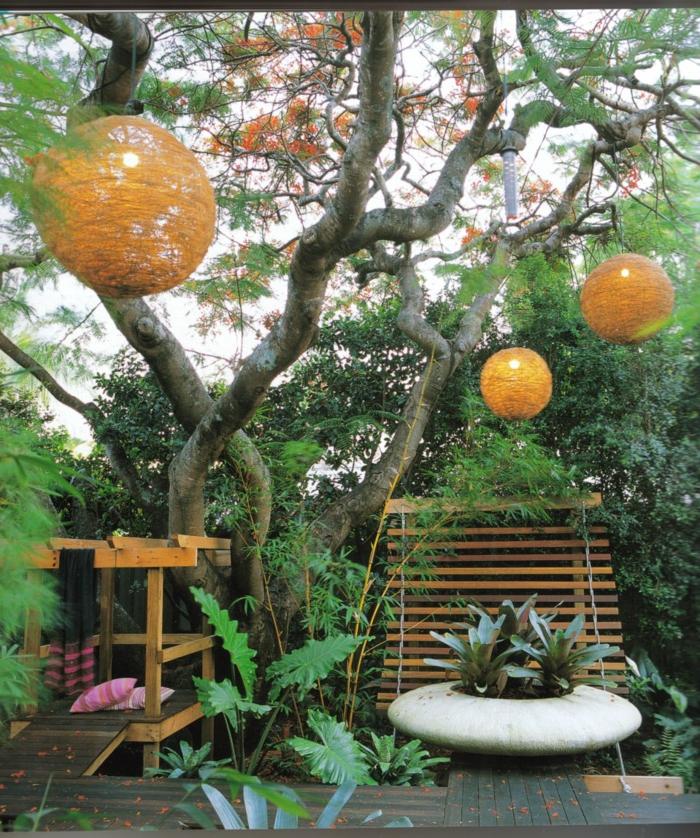 runde Kugel aus Draht verschönert den Garten, der pflegeleicht gepflanzt ist