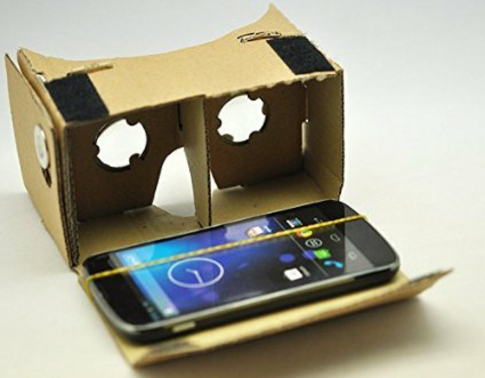 idee für virtuelle realität brille aus pappe mit einem schwarzen smartphone und einem gelben gummiband