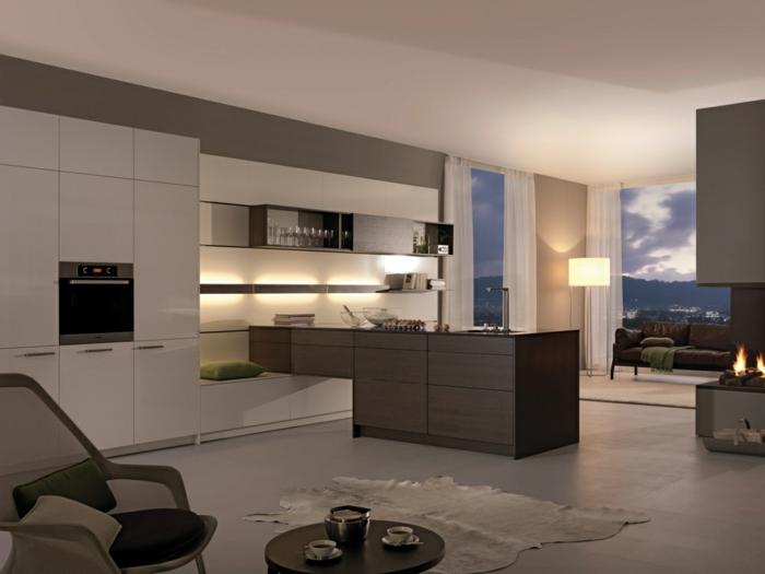 offene Küche mit Übergang zu anderen Räumen, Designer-Stehlampe, Plüschteppich, Gebirge, offener Kamin
