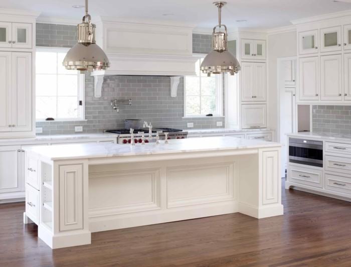 Küche in zwei Farben, Kochinsel mit eingebauten Regalen und Schublläden, Industrial-Kronleuchter