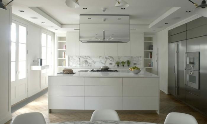 Küche mit Küchenrückwand aus Marmor, Fischgräte-Parkett, Esstisch aus Marmor, LED-Lampen