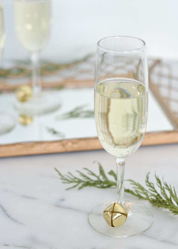 weingläser weihnachtlich dekorieren, weißer wein, glocke, draht