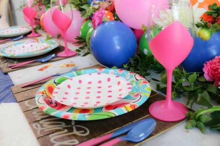 weingläser dekorieren, löffel, gabel, bunte, platikteller, ballons, party deko, blumen