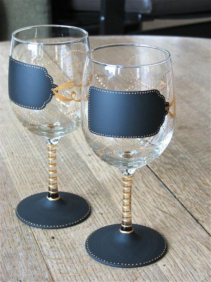 gläser mit blauer und goldener farbe verzieren, glas, tisch, diy