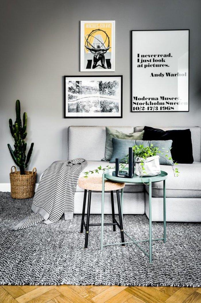 graues Zimmer mit grüne Pflanzen als Dekoration und Bilder mit Zitate von Warhol