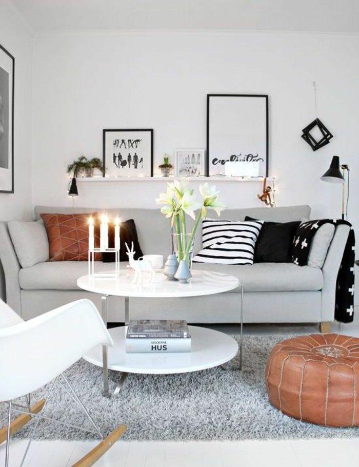 Perlgrau ist eine passende Farbe für dem Sofa, zwei Wandbilder, Vase und drei Kerzen
