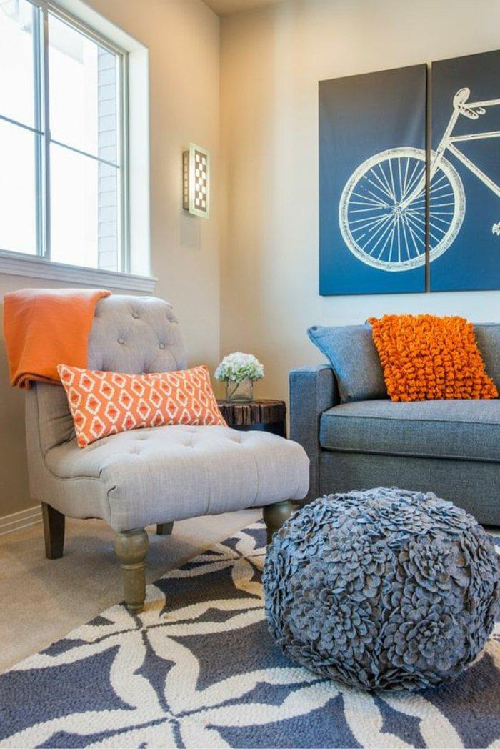 Perlgrau mit oranger Farbe kombiniert - ein Wandbild mit Fahrrad