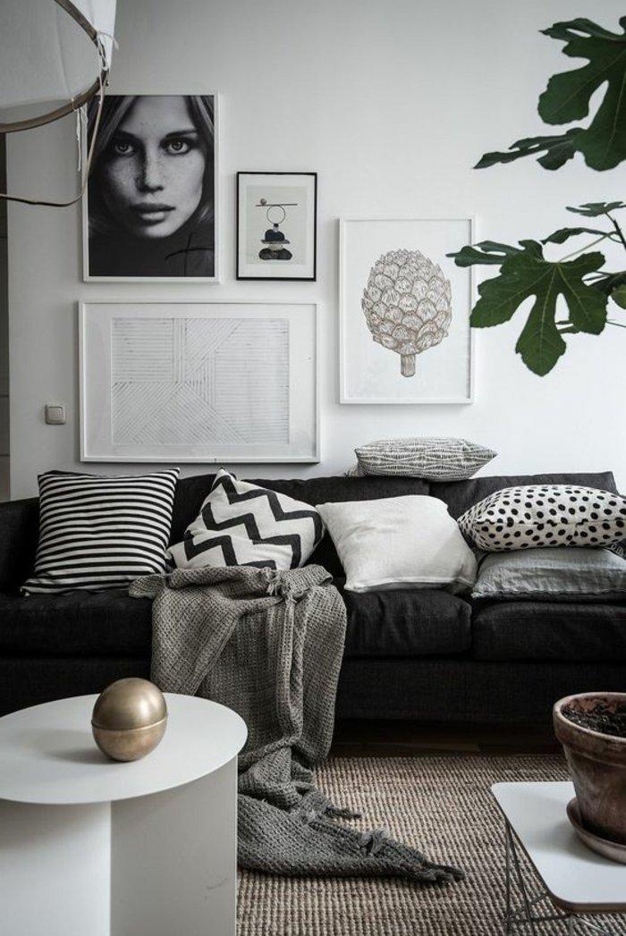 graues Wohnzimmer mit einem schönen Foto von einer Frau, unordentlich