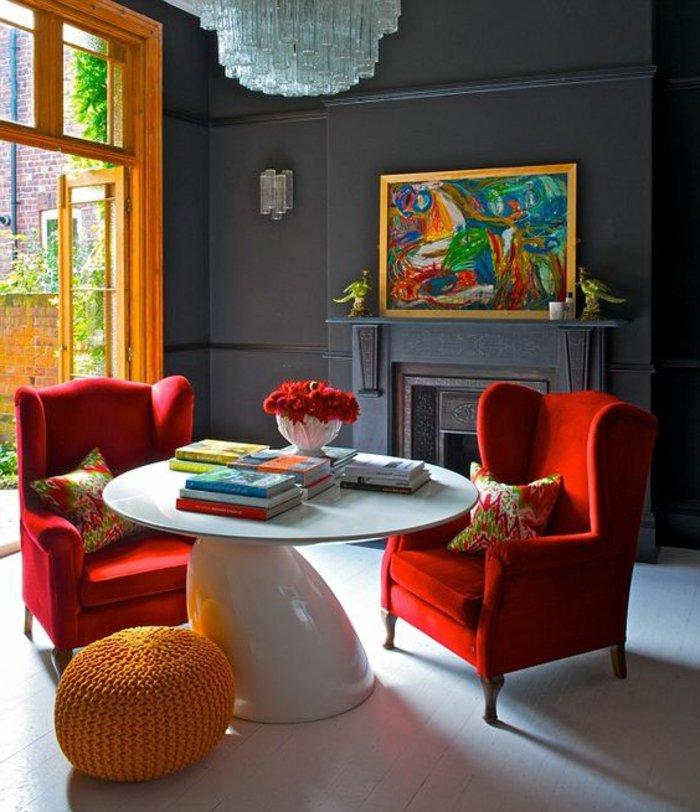 ein elegantes graues Zimmer in Barock Stil mit buntem Wandbild an der Terrasse