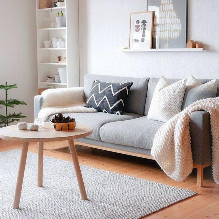 Perlgrau - ein bildschönes Wohnzimmer mit Sofa, Kissen und Wandbilder