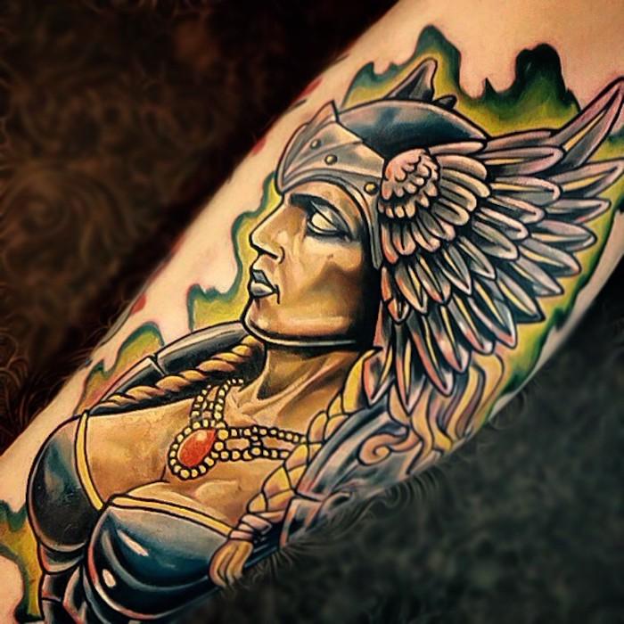 viking tattoos, frau, helm mit flügeln, blonde haare, goldene halskette