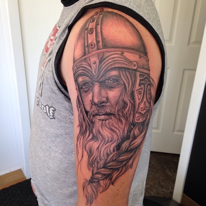 viking tattoos, mann, graues t-shirt, wikinger mit helm und langem bart