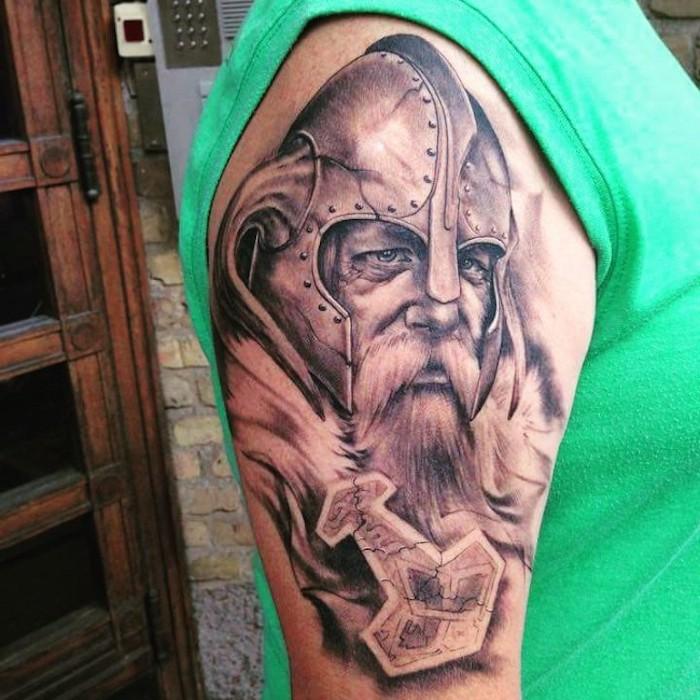 viking tattoos, grünes t-shirt, wikinger mit helm und langem bart