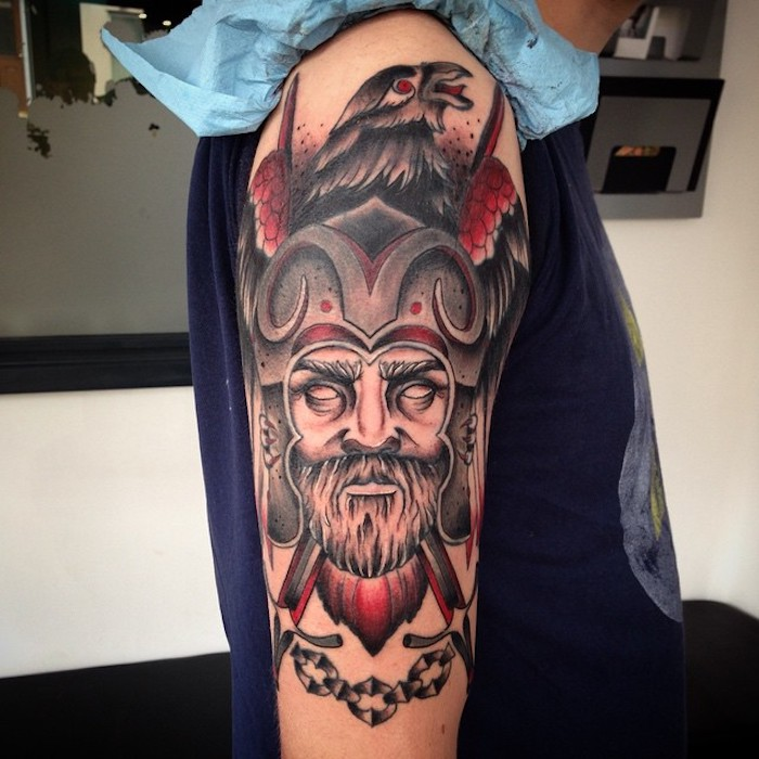 viking tattoos, wikinger mit helm, vogel, oberarmtattoo
